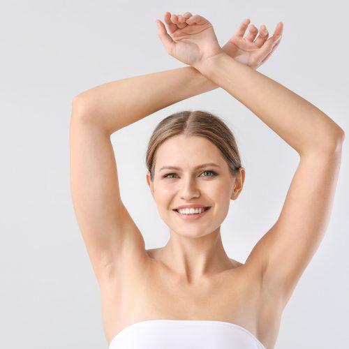 Junge Frau mit schöner Haut und ohne Achselhaare, Haarentferung professionell und mit neuester Lasertechnik, Schilling Therapiezentrum